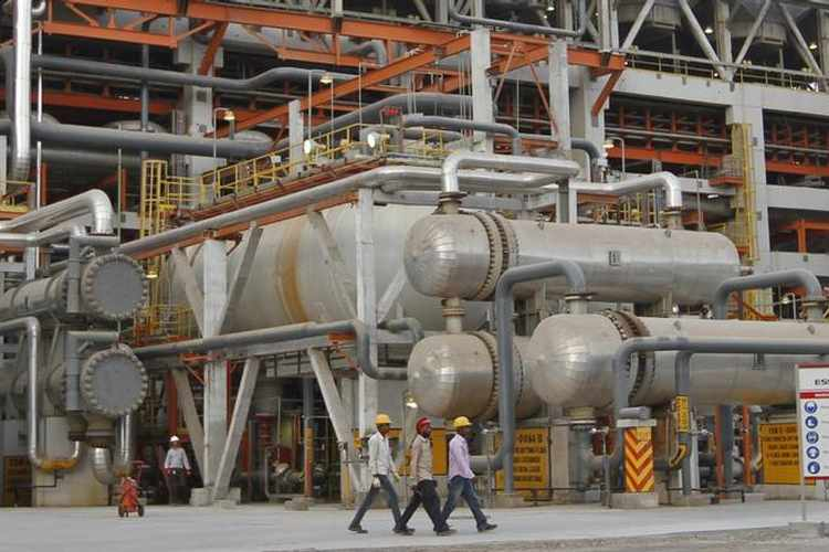 Three Indian refiners cut Mideast oil imports in May